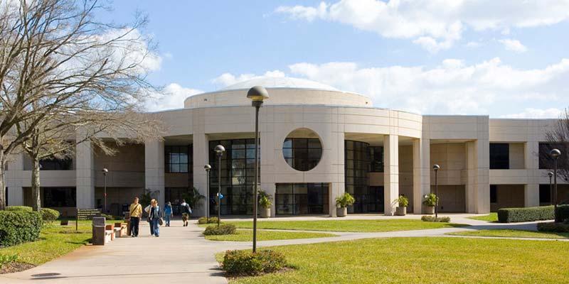 Article Image Liliana Restrepo de Colombia: estudia Administración de Empresas con énfasis en Bancaria en Valencia Community College de Orlando, de Orlando, Florida