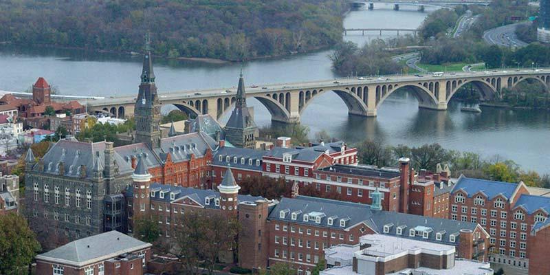 Article Image Laura Soares do Brasil: cursando lingüística na Georgetown University, Washington, DC.