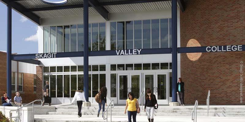 Article Image 恩妮,来自中国内蒙古,目前居住于华盛顿州,就读 Skagit Valley College,专业为经济学