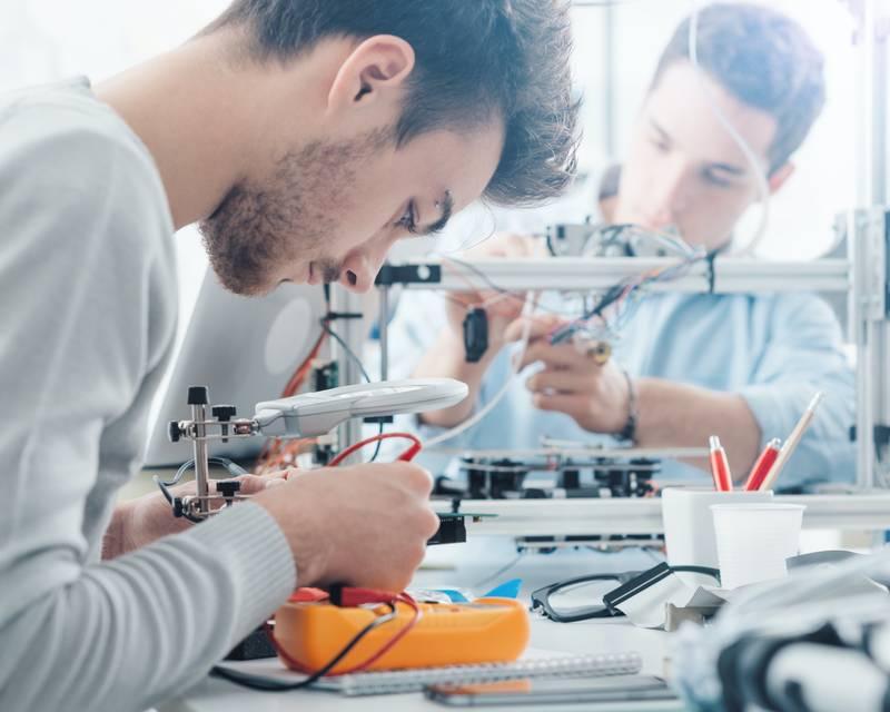 Article Image 알바니아의 Sokol Pashaj는 Truckee Meadows Community College에서 기계 공학을 공부하고 있습니다.