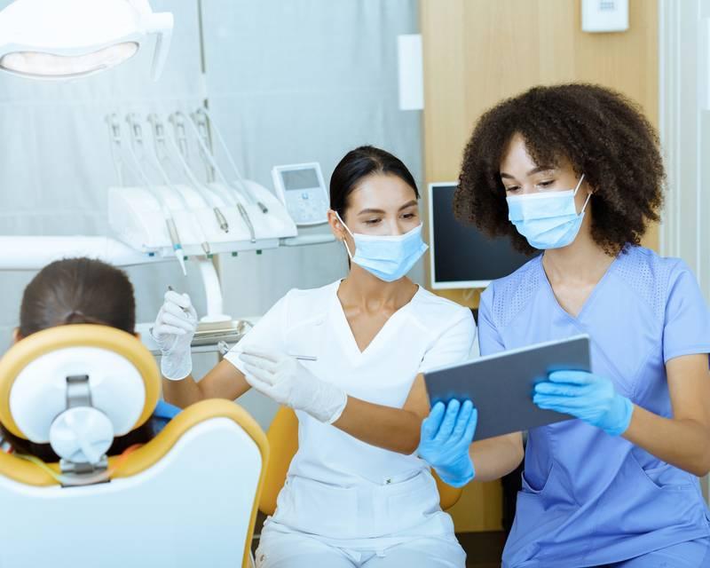 Article Image ¿Quieres ser dentista? Cómo seguir una carrera universitaria y profesional en odontología